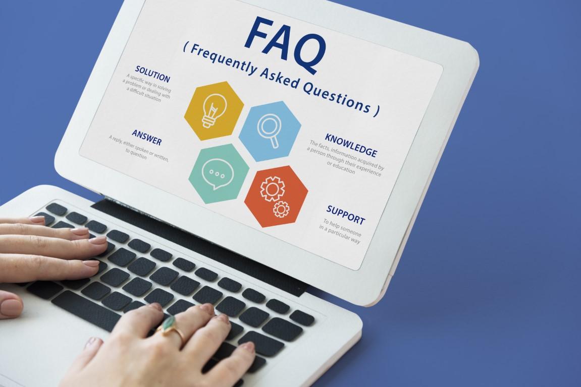 Bild eines Netbooks auf dessen Display eine FAQ Seite angezeigt wird.