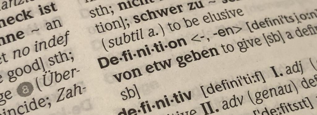 Foto einiger Zeilen aus einem Wörterbuch. Das Word Definition steht im Fokus.