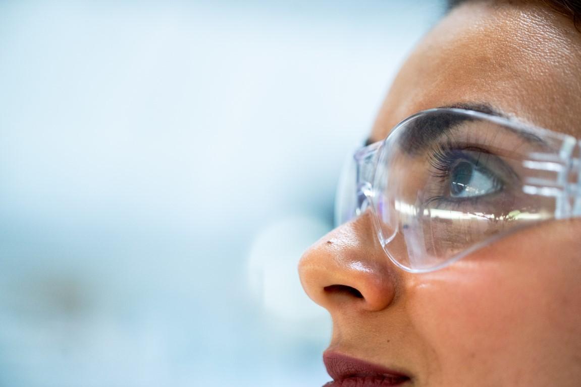Foto eines Frauengesichts mit Bügelschutzbrille inklusive Seitenschutz