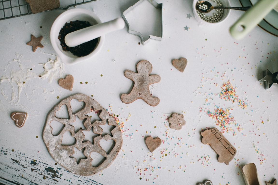 Bild einer Arbeitsfläche auf der Utensilien für das Backen von weihnachtlichem Gebäck ausgebreitet sind