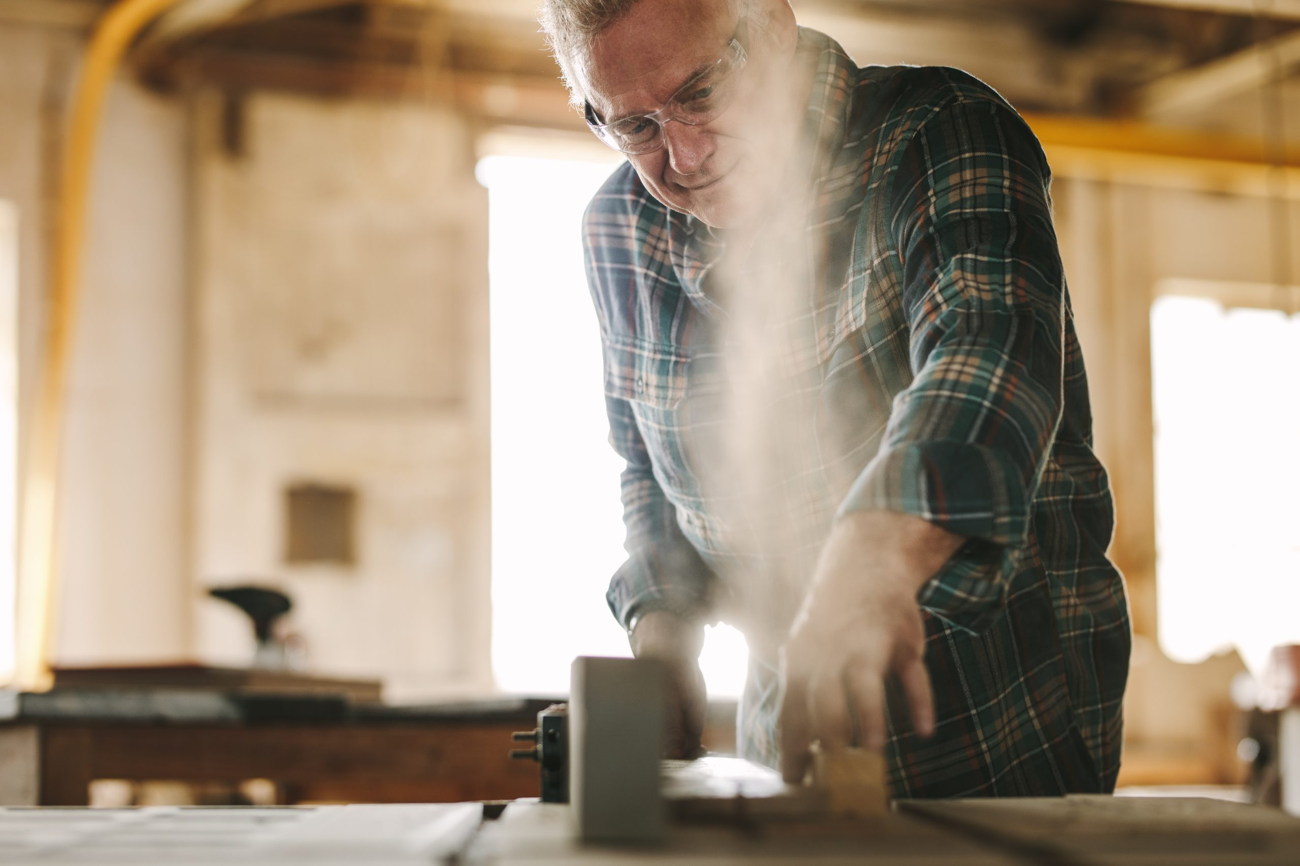 Symbolbild Lärm - Ein Mann bedient ein Tischkreissäge